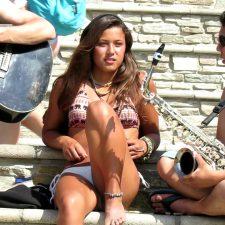 Hot girl isn't charmed by saxophone guy